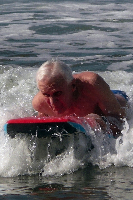 Surfing in Mexico at 90 after hip replacement